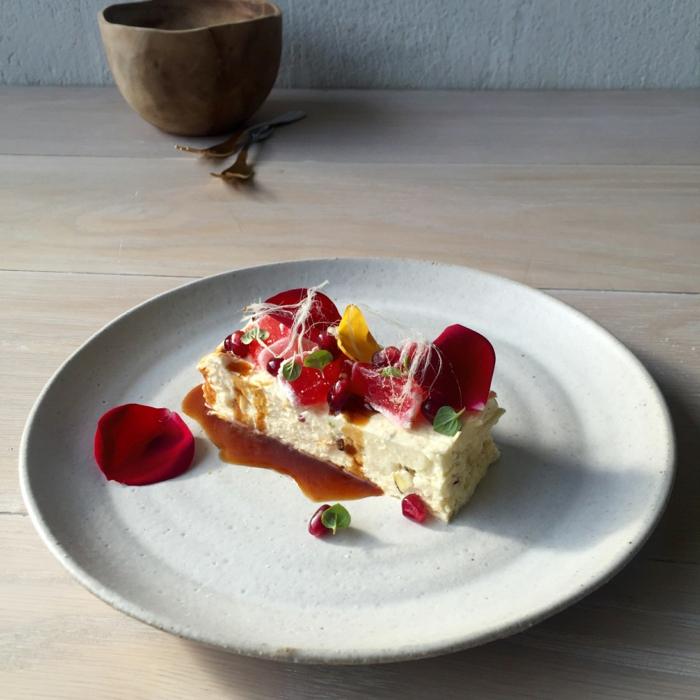 un dessert gourmand au nougat glacé maison avec une jolie décoration de fleurs