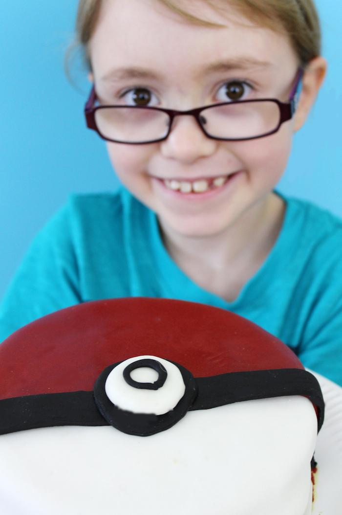 anniversaire theme pokemon, surprise enfant, pokéball gâteau, pâte d'amande pour décoration, enfant, t-shirt bleu