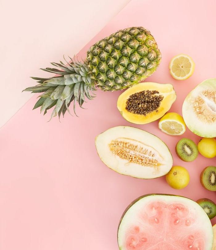 dessert peu calorique, papier rose, ananas, melon, pastèque, kiwi, citrons