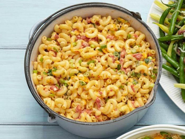 idee pour pique nique, salade picnic au macaroni, fromage cheddar, mayonnaise, piments rouges, ciboulettes et cayenne, repas facile à emporter avec soi pour une journée en plein air