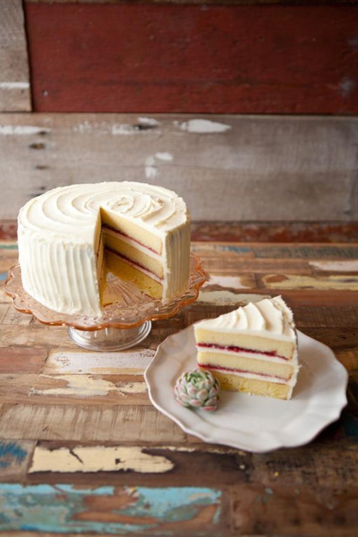 un layer cake délicieux, gâteau anniversaire à la vanille et à la confiture aux framboises