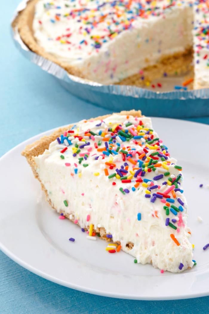 la recette de gateau d'anniversaire la plus facile, gâteau sans cuisson façon cheesecake saupoudré de vermicelles colorées