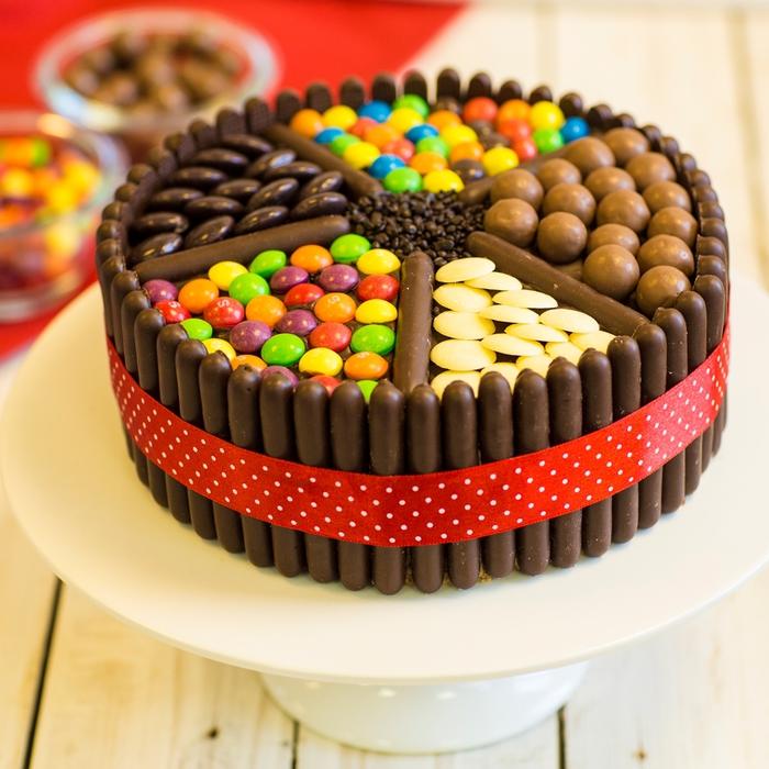 recette de gâteau anniversaire à décoration originale de bonbons chocolatés
