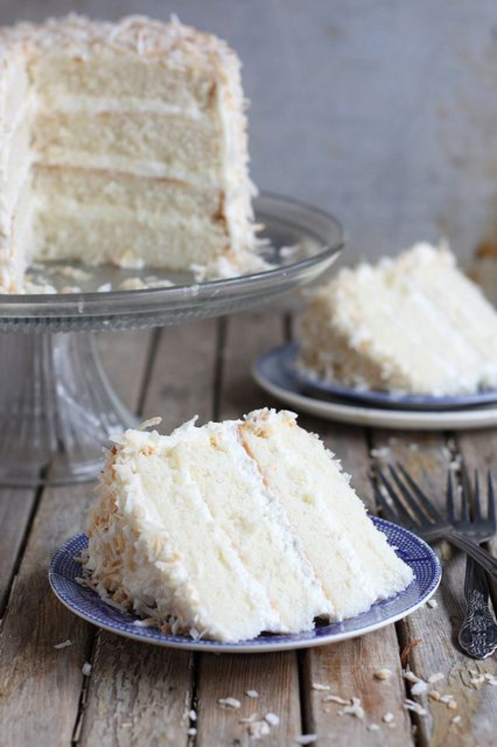 recette de gâteau anniversaire moelleux à la noix de coco, un layer cake blanc