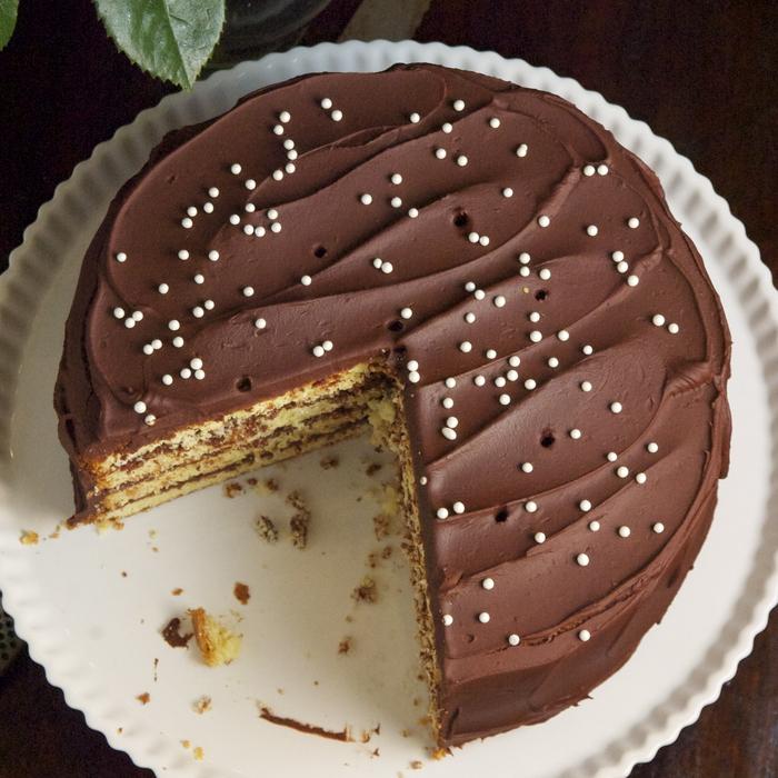 un délicieux gâteau anniversaire rond au glaçage de fudge au chocolat