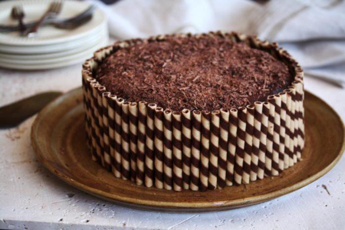 une recette facile de gateau d'anniversaire au chocolat, décoration de gâteau de cigarettes gaufrettes