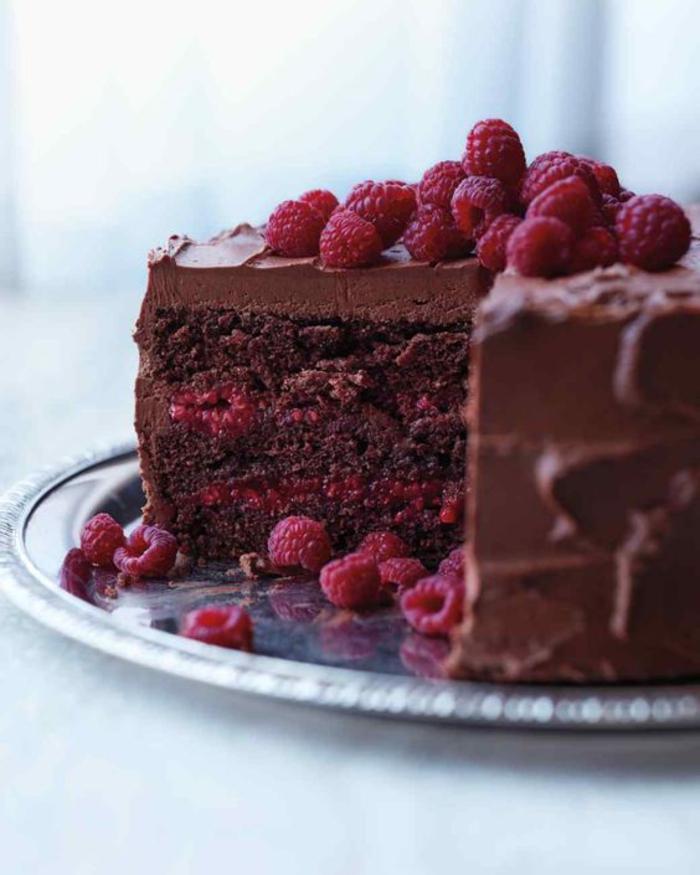 délicieux gâteau au chocolat et aux framboises, nappage au chocolat au fromage en crème et à la crème fraîche