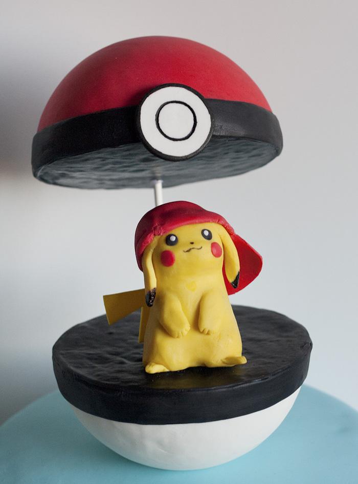 anniversaire theme pokemon, gâteau fait maison, balle de pokémon, figurine pikachu avec casquette rouge