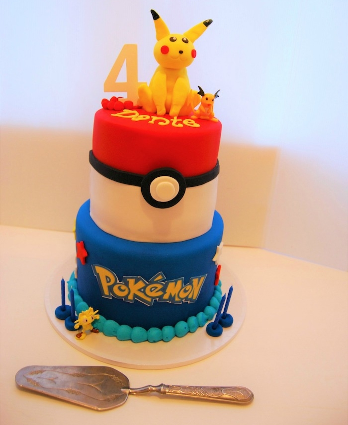 decoration gateau pokemon, gâteau d'anniversaire en couche, pikachu mignon, spatule, lettres pokémon