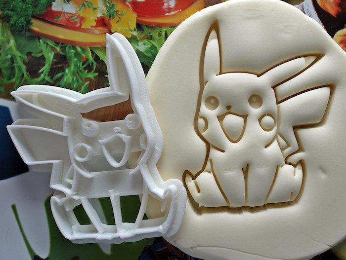 anniversaire theme pokemon, moule en plastique pikachu, pâte gâteau, comment faire un gateau, décoration pokémon
