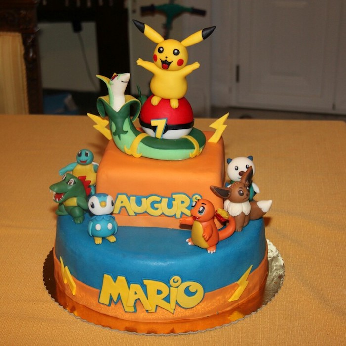 decoration gateau pokemon, gâteau en couches, pikachu mignon, plaque à gâteau, figurine jaune pikachu