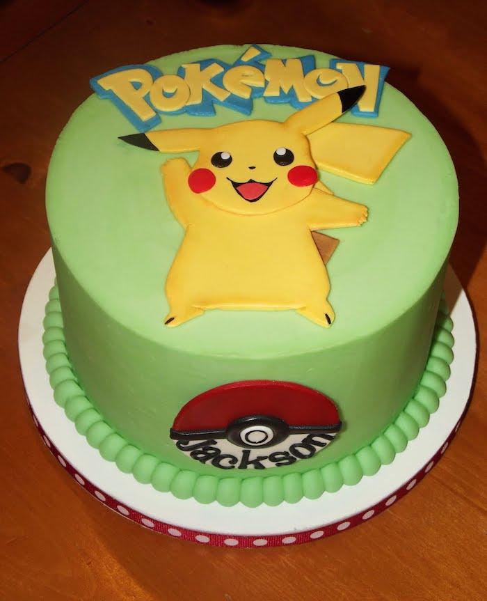 decoration gateau pokemon, glaçage vert, pikachu mignon, pokéball, décoration en perles, plateau tournant