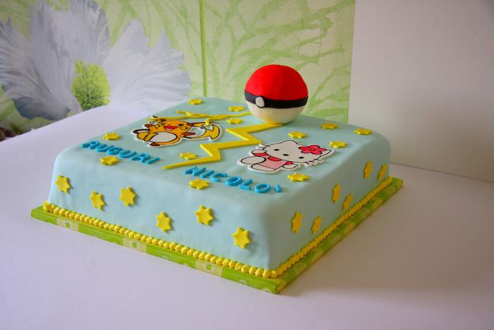 gateau pokemon, dessin hello kity, dessin pikachu, pokéball en sucre, glaçage bleu, étoiles jaunes, plaque à pâtisserie verte