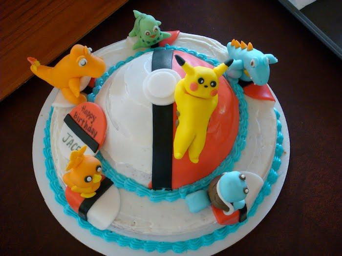 gâteau d anniversaire, recette de gateau, figurine pokémon, gateau pokemon, glaçage blanc, perles bleues