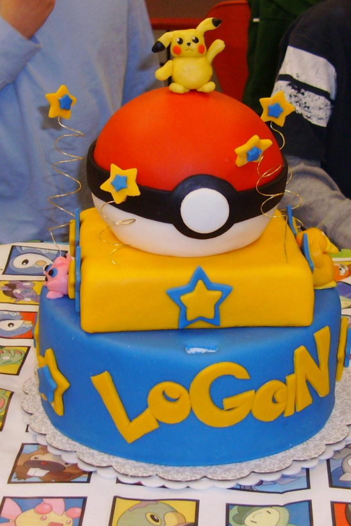 comment faire un gateau, décoration pokémon, pokéball en génoise au vanille, pâte d'amande bleue, étoiles pokémon