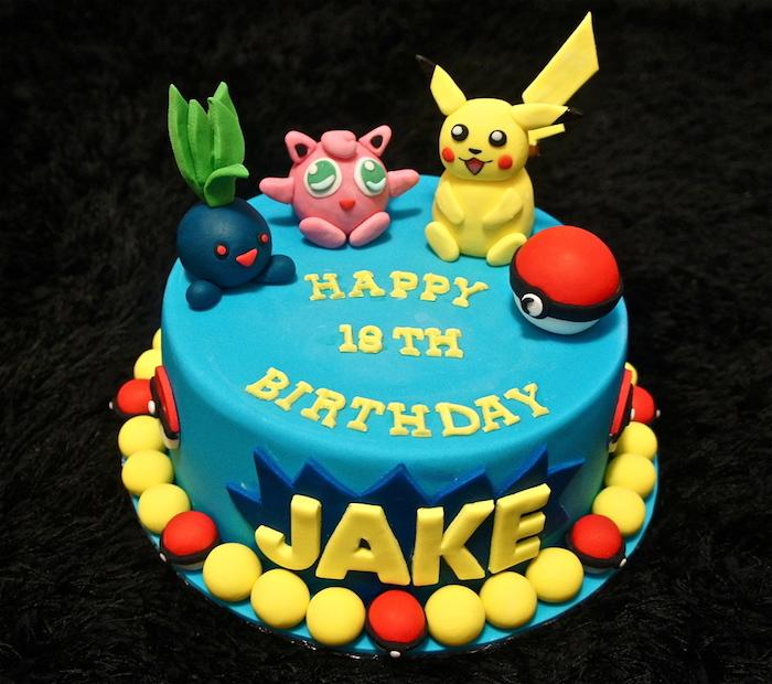 decoration gateau pokemon, figurine pikachu, pokéball en sucre, glaçage bleu, lettres jaunes, gâteau d anniversaire