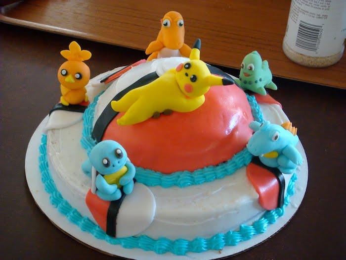 pikachu mignon, dessert fait maison, gâteau d anniversaire, figurine en pâte d'amande, table en bois, crème blanche