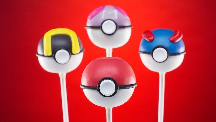 decoration gateau pokemon, sucettes pokémon, murs rouges, pokéball, décoration pour un anniversaire pokémon