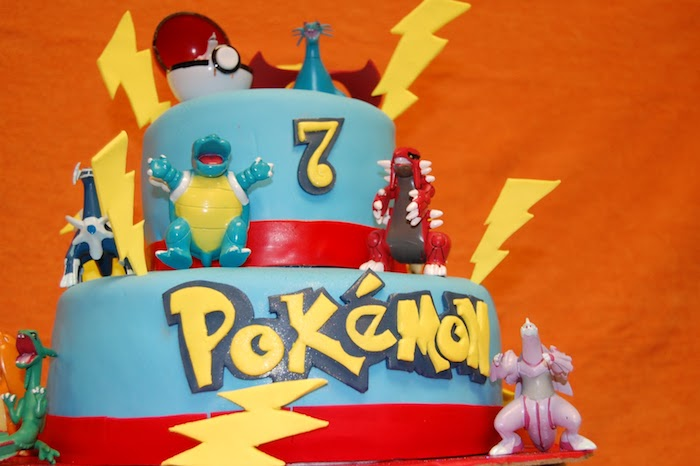 decoration gateau pokemon, surprise enfant, murs orange, gâteau en couches, figurines pokémon en plastique