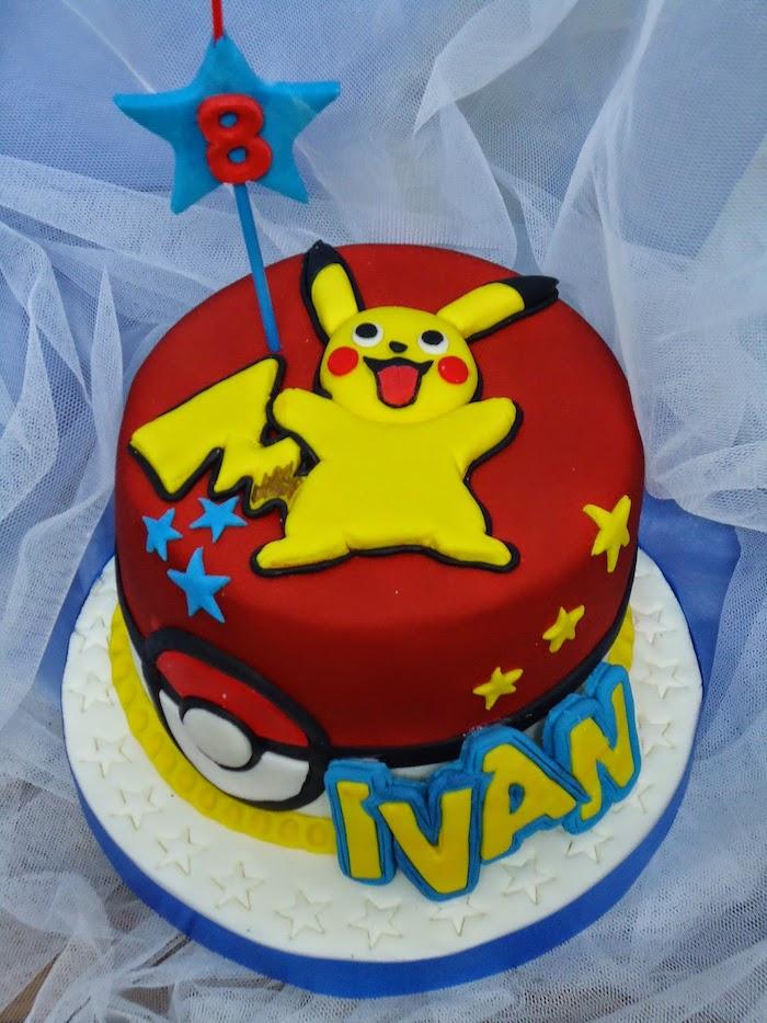 decoration gateau pokemon, pâte d'amande rouge, comment surprendre enfant, pikachu mignon, étoile bleue
