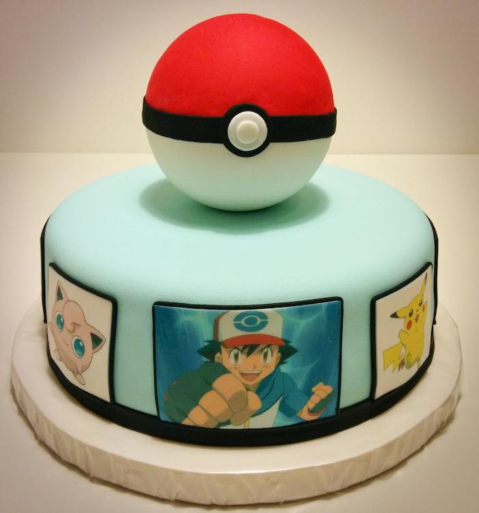 anniversaire theme pokemon, plateau roulant, pokéball en sucre, glaçage turquoise, gateau pokemon