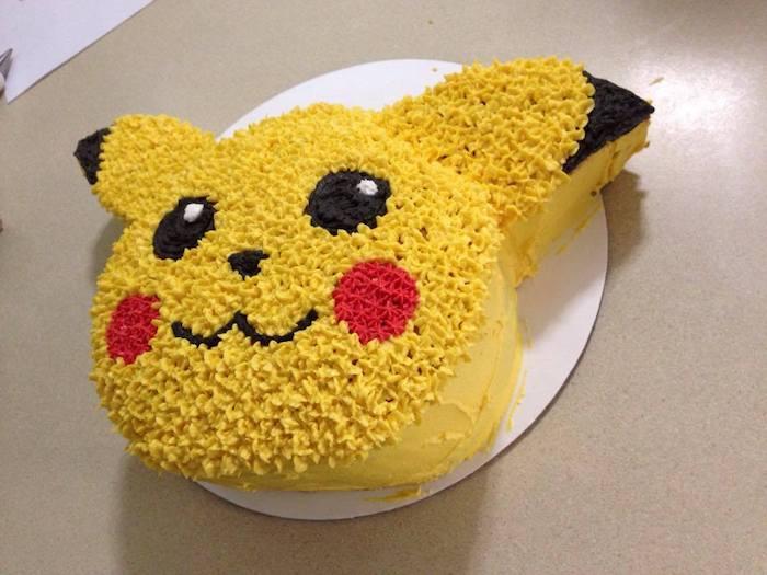 decoration gateau pokemon, visage pikachu, crème jaune, décoration en seringue, plaque à pâtisserie en carton