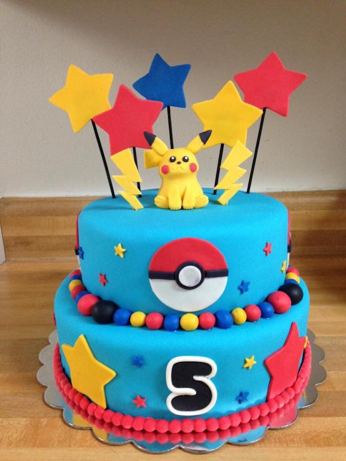 comment faire un gateau, surprise anniversaire enfant, plaque à pâtisserie, figurine pikachu, étoiles rouges