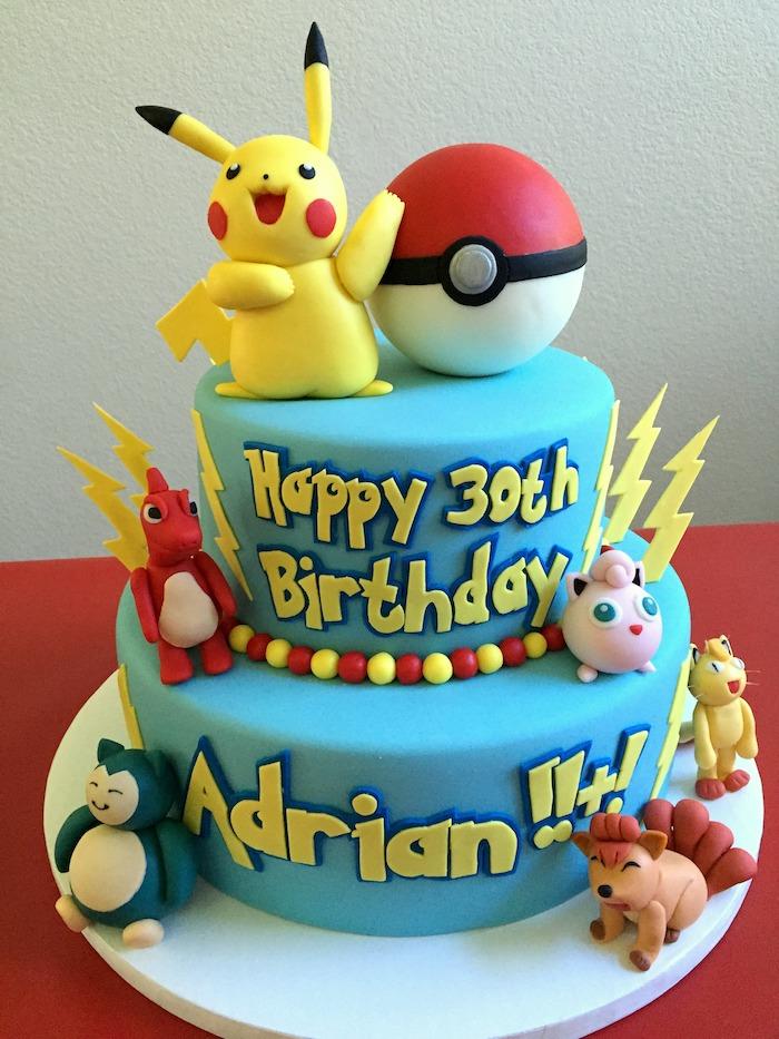 gâteau d anniversaire, glaçage rouge, figurine pikachu en pâte d'amande jaune, decoration gateau pokemon