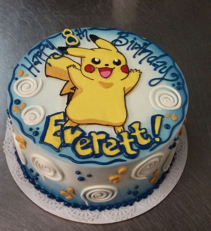 gâteau d anniversaire, crème blanche, décoration avec seringue, lettres jaunes, recette de gateau