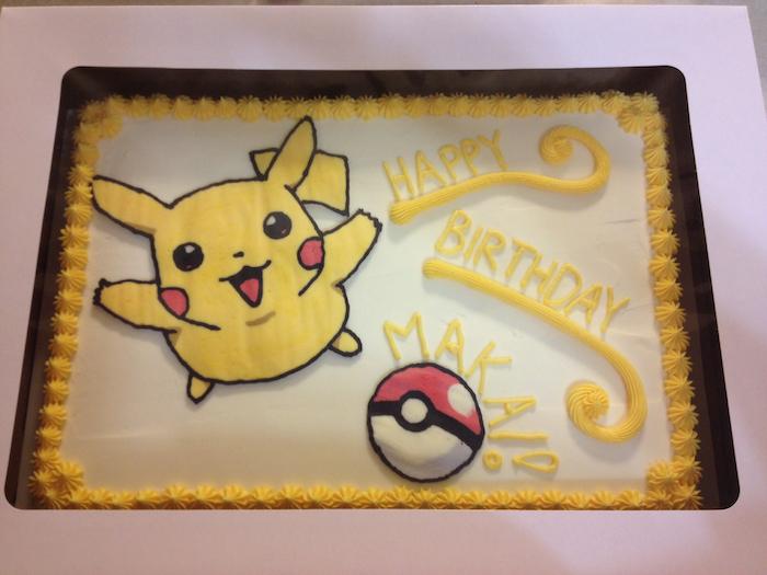 anniversaire theme pokemon, dessin pikachu volant, pokéball, lettre en crème jaune, gâteau pokémon