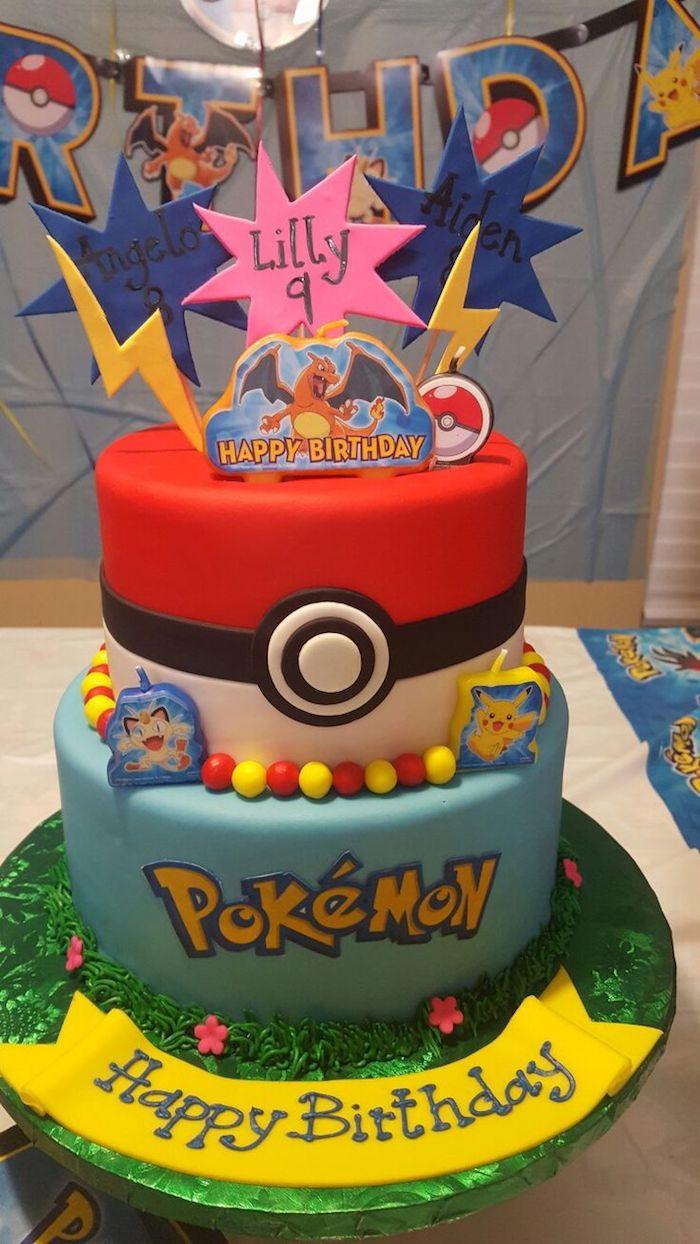 gâteau d anniversaire, gâteau en couches, glaçage rouge, decoration gateau pokemon, murs bleus