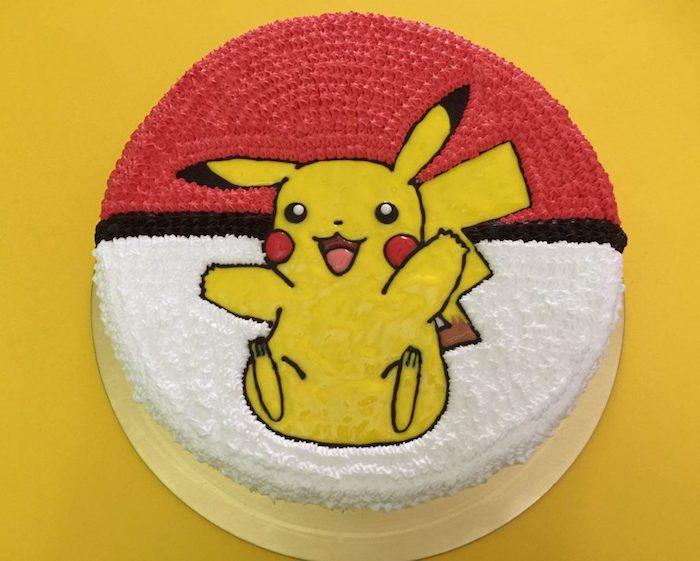 gâteau d anniversaire, dessin sur le gâteau, art culinaire, pokéball décoration, génoise au vanille, pikachu dessin