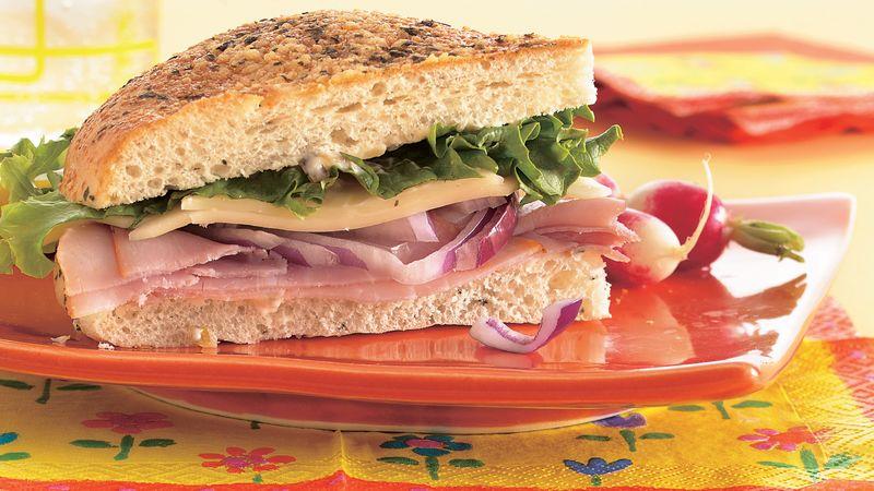 idee de recette pique nique à faire soi meme, sandwich facile mozarella, jambon entre deux tranches de foccacoa, letuce et oignon rouge, repas picnique