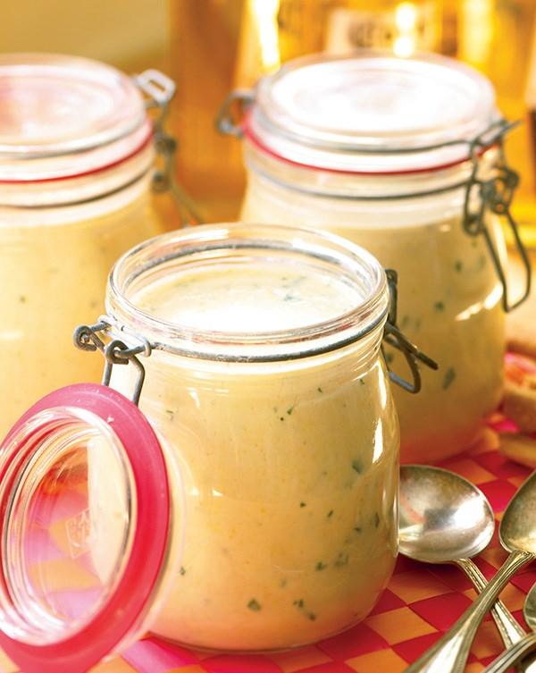 pique niquer, idee picnic facile, soupe de mais, pêches, babeurre et basilic servi dans un bocal en verre, idée repas en plein air liquide