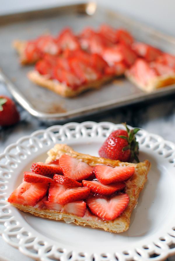idee pour pique nique, tarte aux fraises, p6ate feuilletée, crème mascarpone et sucre, confiture et fraises fraîche pour garnir