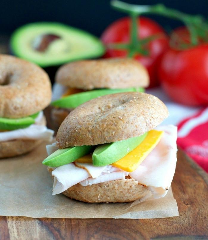 recette pour aller pique niquer, idee picnic sandwich filet de dinde, tranches d avocat et de fromage cheddar entre deux rondelles de pain complet