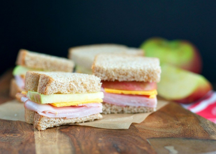 idee pour pique nique, recette sandwich trois ingrédients, tranches de pomme, cheddar et jambon entre deux tranches de pain complet, comment pique niquer