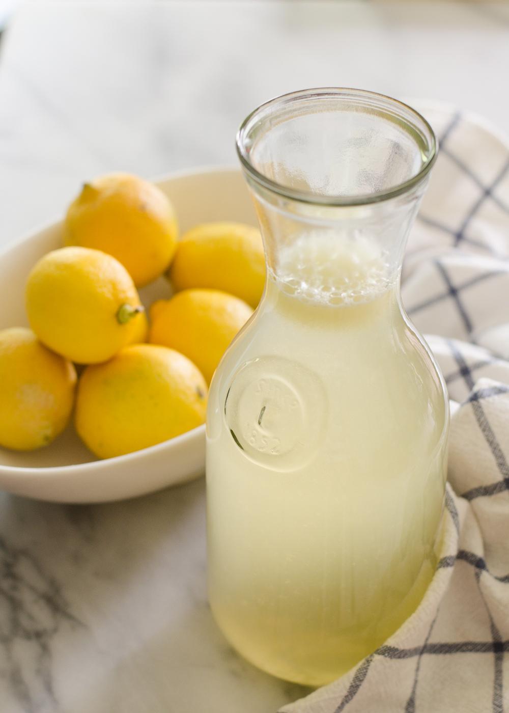 boisson rafraichisante, limonade, citrons, eau, sucre, recette classique, que boire picnicn plage en été, idee pique nique facile