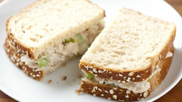 recette pique nique, sandwich au thon, céleri, oigon, mayonnaise, jus de citron entre des tranches de pain, idee picnic facile