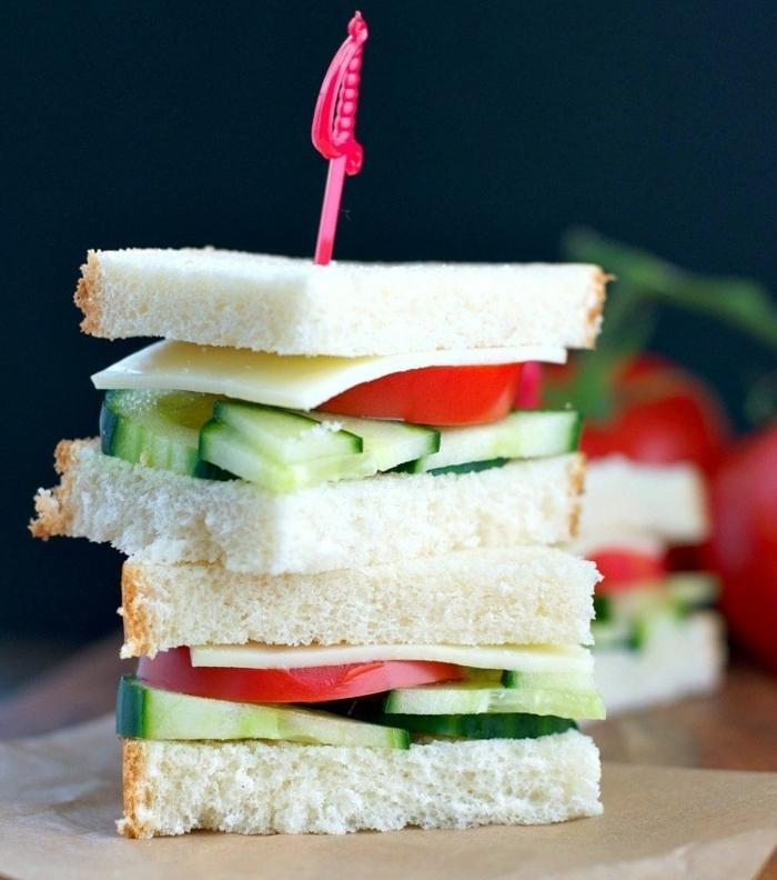 idee pour pique nique, fromage italien provolone, tranches de tomates et de concombres entre deux tranches de pain, recette facile et rapide