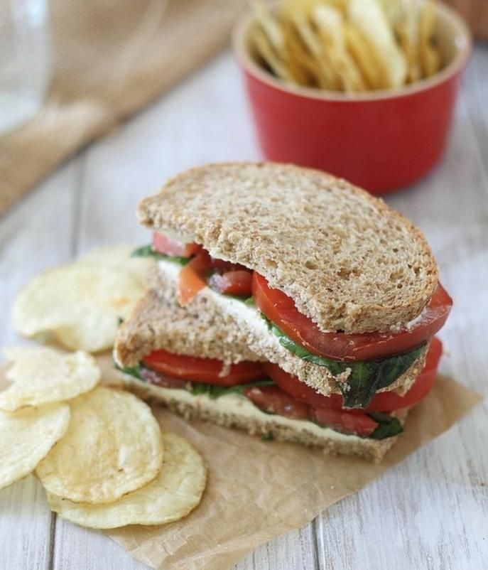 fromage à la crème, basilic et tomates entre des tranches de pain complet, chicps, idee pour piqe nique simple et rapide, menu