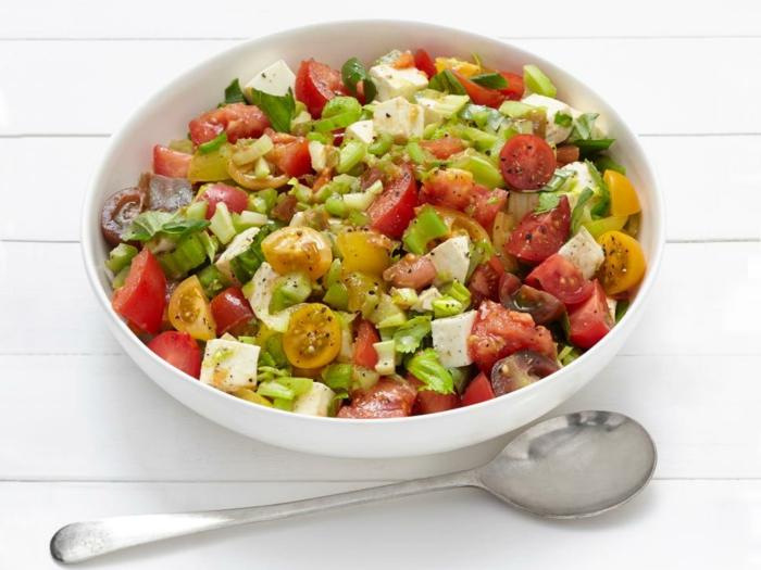 comment faire une salade picnic caprese, ingrédients mozzarella, céleri, huile d olive, vinaigre et sel, poivrons, tomates cerise de couleurs diverses, menu pourune journée en plein air