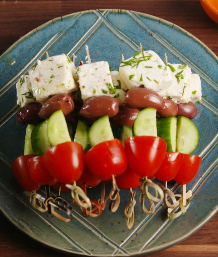 comment préparer des brochettes tomatesm concombre, olive et fromage feta, idee picnic recette sans cuissons facile à réaliser