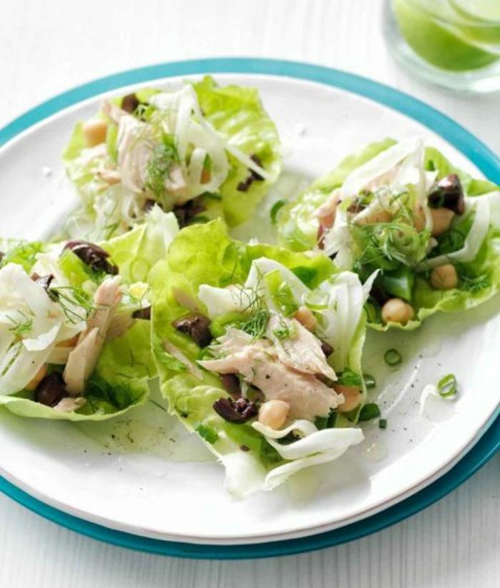 idee picnic, morceau de laitue contenant du thon, pois chiche, olives et fromage, recette picnic à préparer soi meme facilement