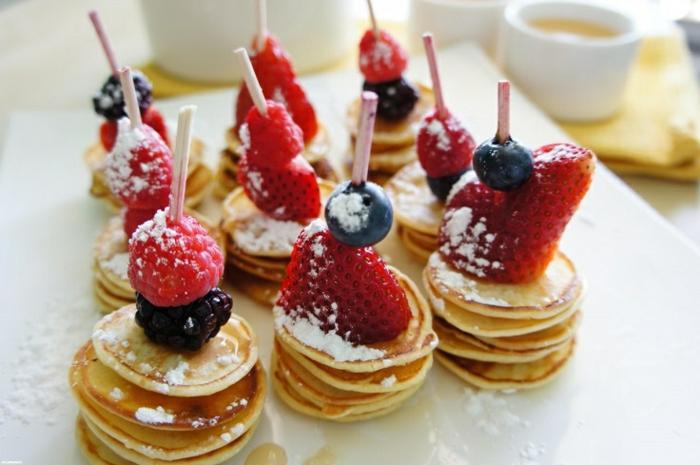 brochette, petites crepes, sucre glace, fraises, framboises, myrtilles, un dessert avec des fruits rouges, pique nique recette rapide