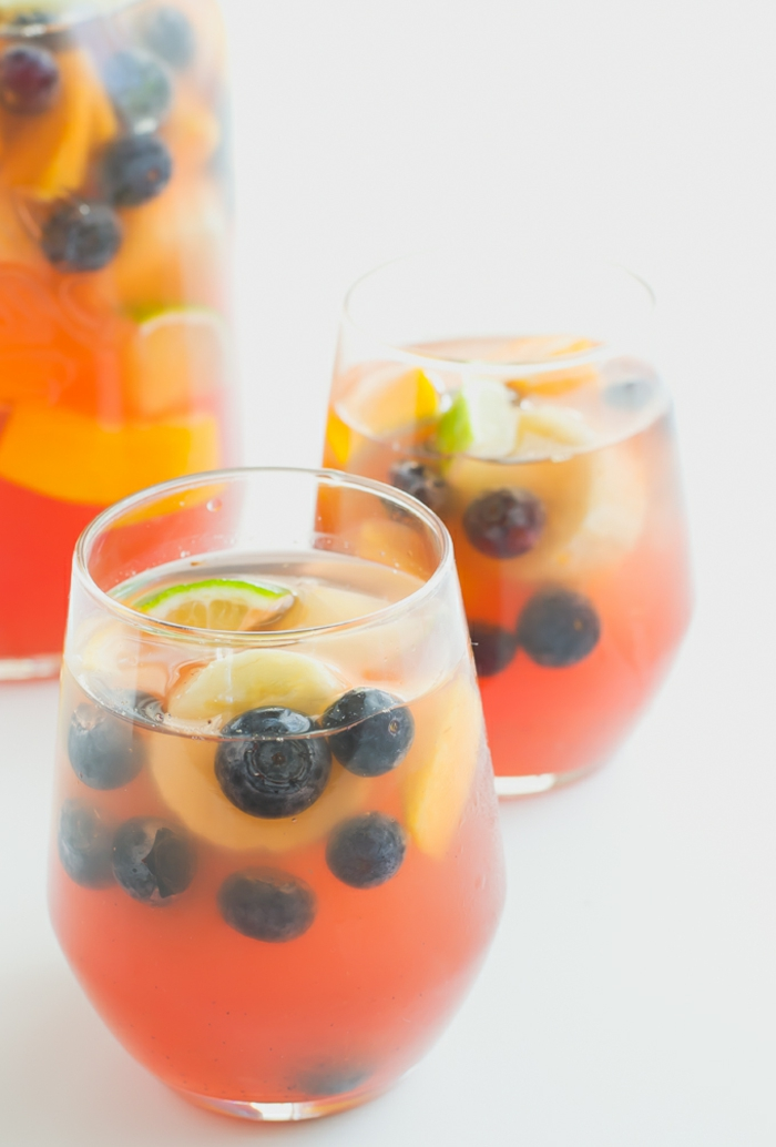 idee pique nique repas, boisson rafraichissante, sangria sans alcool, jus de raisins, jus d orange, et fruits, banae, myrtilles, pêches, citron vert