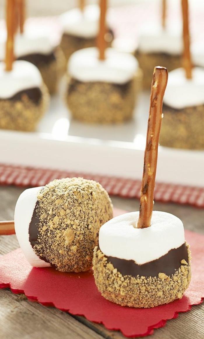comment préparer un dessert picnic plage, pique nique recette rapide, sucettes guimauves au chocolat et pretzel, repas gourmand