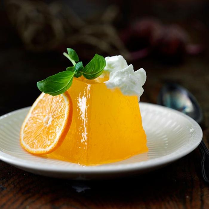 dessert sain, gelée jaune, orange, feuille de menthe, crème fraîche, assiette blanche, cuillère à dessert