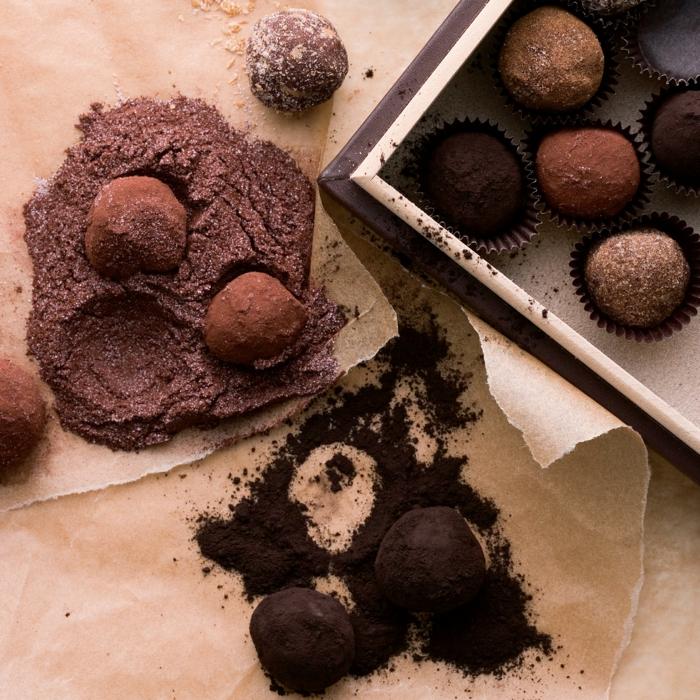 recette peu calorique, papier four, truffes au chocolat vegan, caissette en papier, bonbons, poudre de cacao