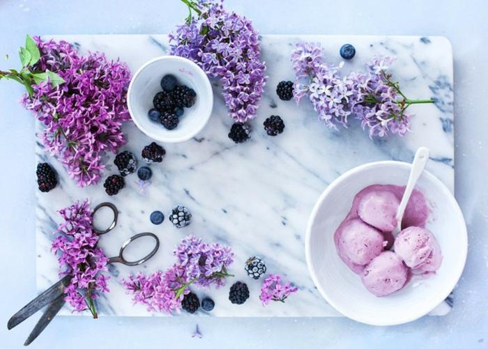 recette minceur, lilas, violettes, paire de ciseaux, planchette en marbre, bol blanc, crème glacée, myrtilles